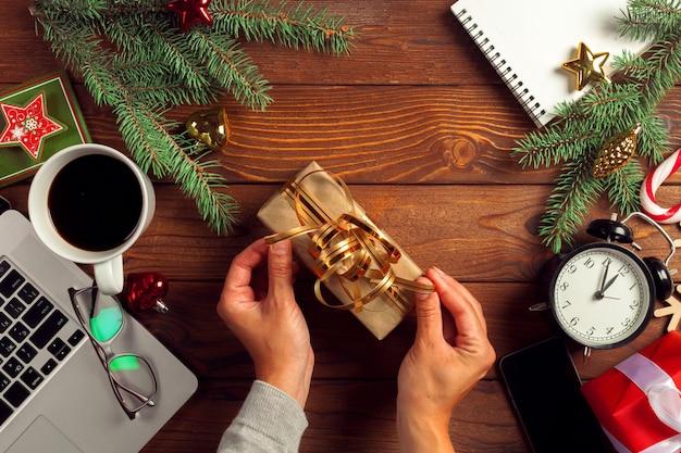 Decoración navideña en lugar de trabajo de oficina