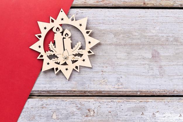 Decoración navideña de madera tallada, espacio de copia.