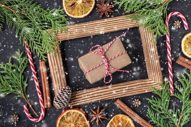 Decoración navideña con marco de fotos. concepto de vacaciones de invierno