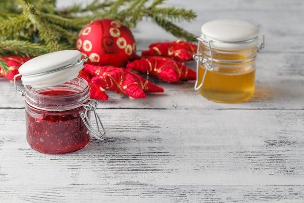 Decoración navideña con mermelada de bayas y miel
