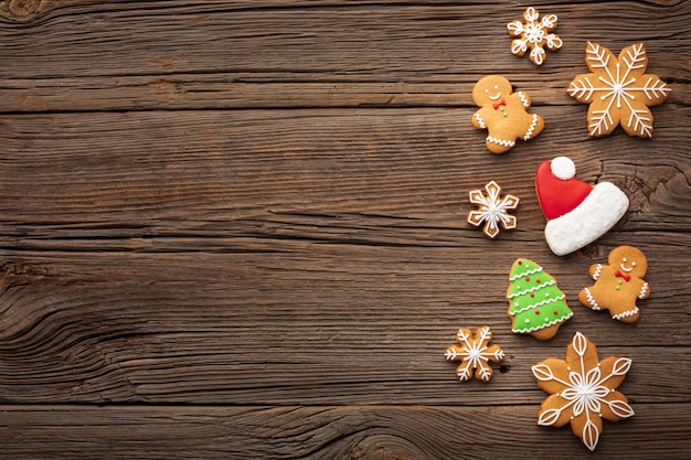 Decoración navideña en una mesa con espacio de copia