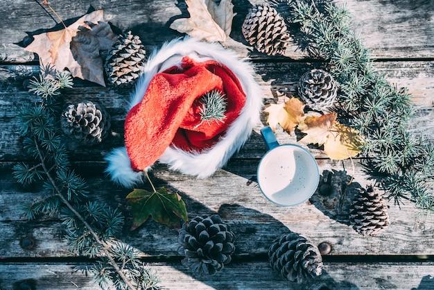 Decoración navideña en una mesa de madera al aire libre