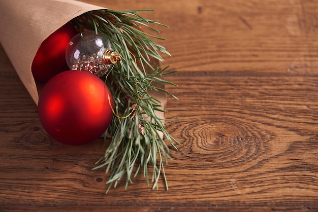 Decoración navideña en la mesa de madera.