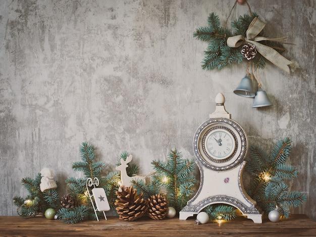 Decoración navideña en muro de hormigón