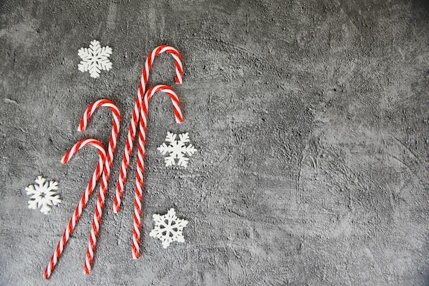 Decoración navideña con nieve y bastón de caramelo