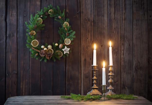 Decoración navideña en pared de madera vieja