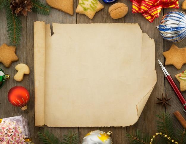 Decoración navideña y un pergamino sobre madera