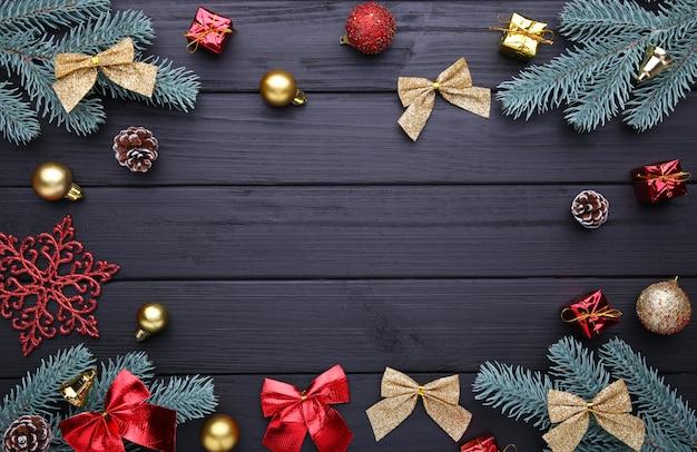 Decoración navideña con rama de abeto y bolas sobre un fondo de madera