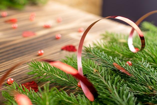Decoración navideña con ramas de abeto