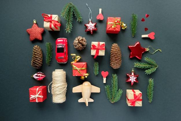 Decoración navideña con ramas, estrellas, cajas de regalo, piñas y juguetes.