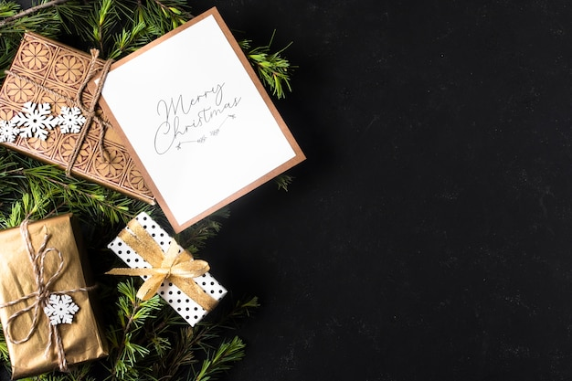 Decoración navideña con regalos envueltos y copia espacio