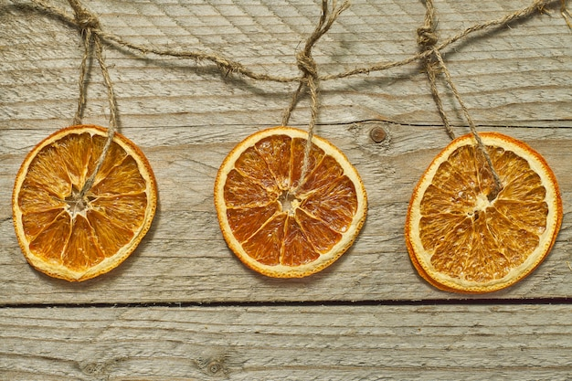 Decoración navideña. rodajas de naranja seca para la decoración del árbol de año nuevo