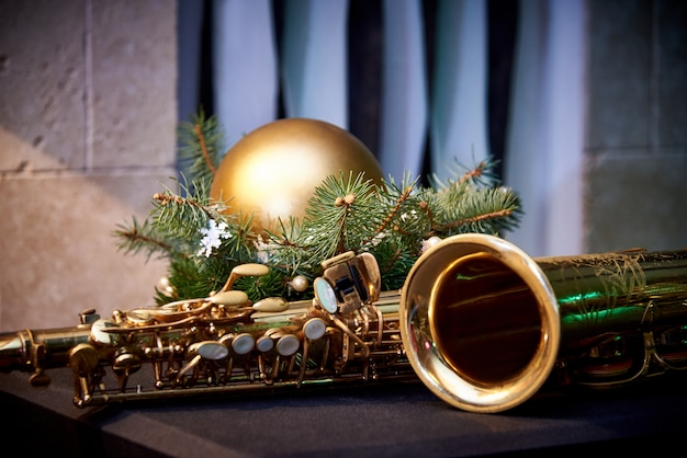 Decoración navideña y saxofón dorado en la pared