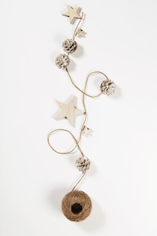 Decoración navideña sobre fondo blanco, composición vertical