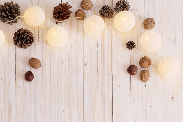 Decoración navideña sobre fondo blanco de madera