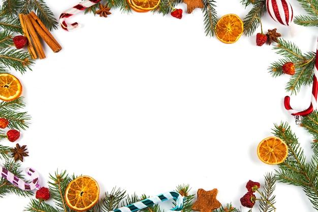 Decoración navideña sobre fondo blanco
