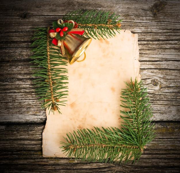 Decoración navideña sobre fondo de madera vieja