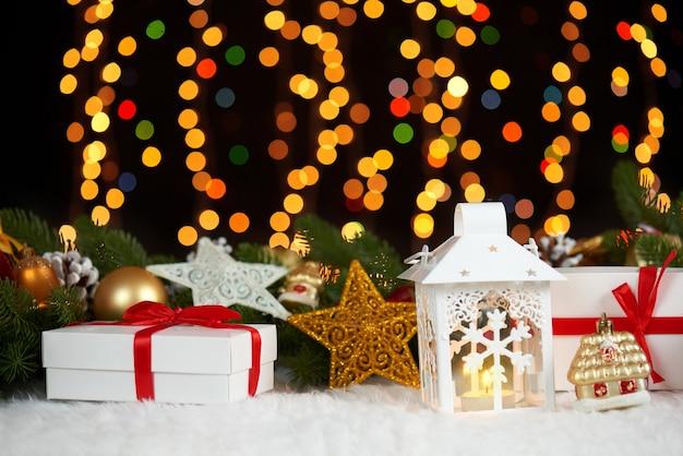 Decoración navideña sobre fondo oscuro con luces