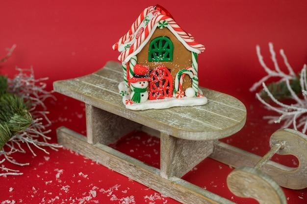 Decoración navideña sobre fondo rojo