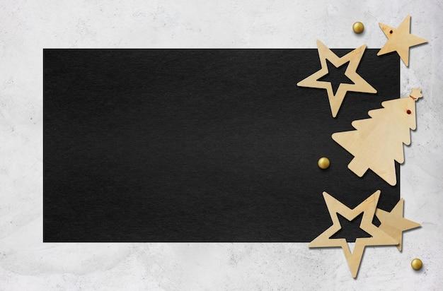 Decoración navideña sobre papel negro