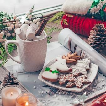 Decoración navideña suéter cálido, taza de chocolate caliente con malvavisco.