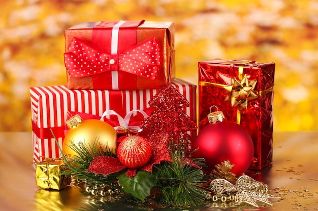 Decoración navideña en superficie roja