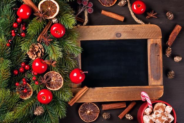 Decoración navideña con tablero para texto.