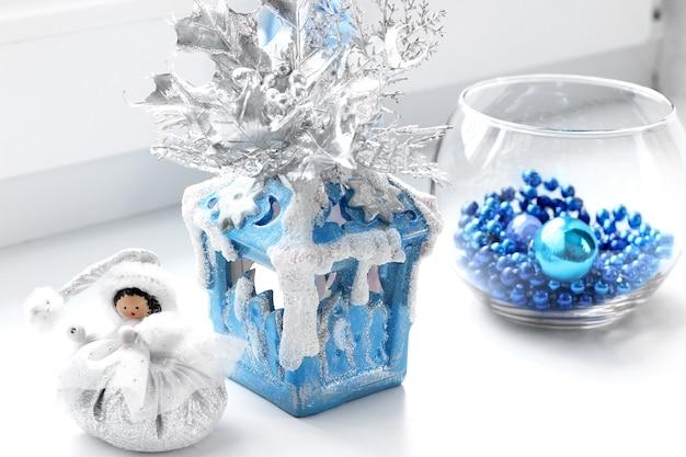 Decoración navideña en un tono azul.