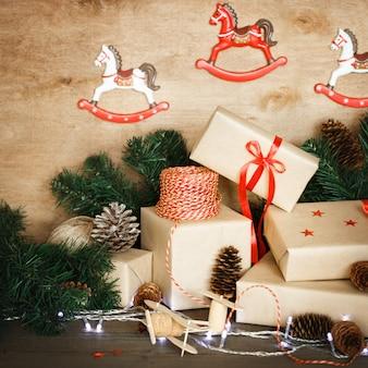 Decoración navideña tradicional con juguetes vintage de navidad