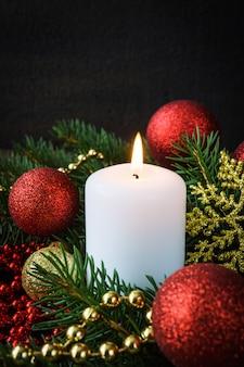 Decoración navideña de velas en la decoración festiva de la composición de año nuevo.