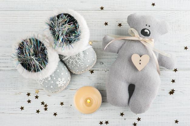 Decoración navideña con velas encendidas y estrellas doradas