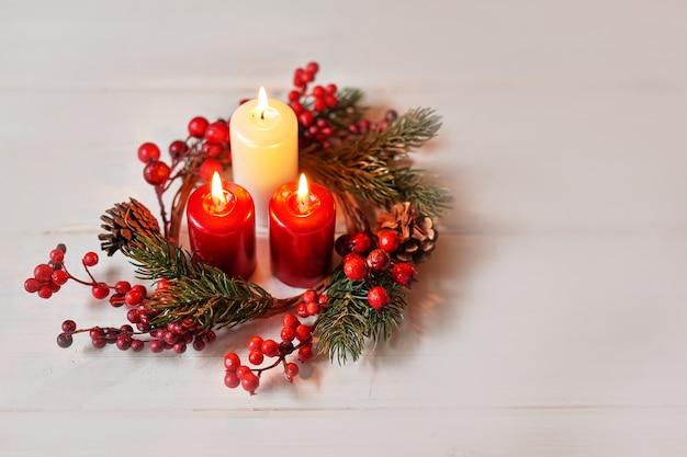 Decoración navideña con velas en una mesa