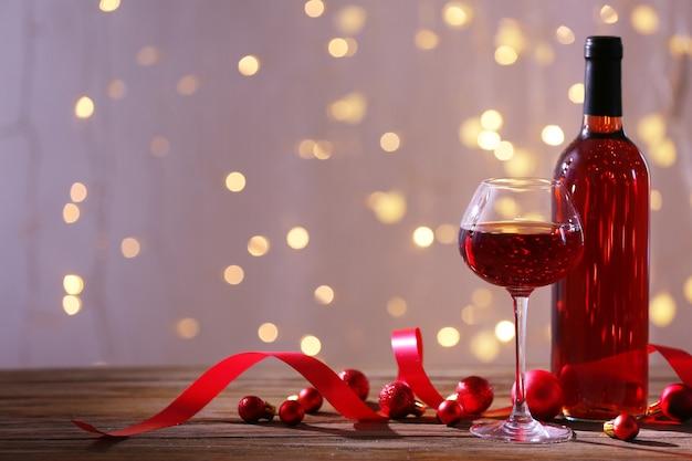 Decoración navideña y vino