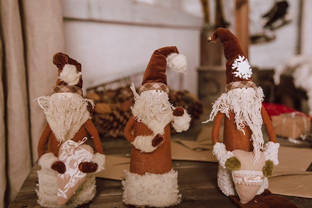 Decoración navideña vintage con juguetes antiguos. interior de la casa de estilo retro.