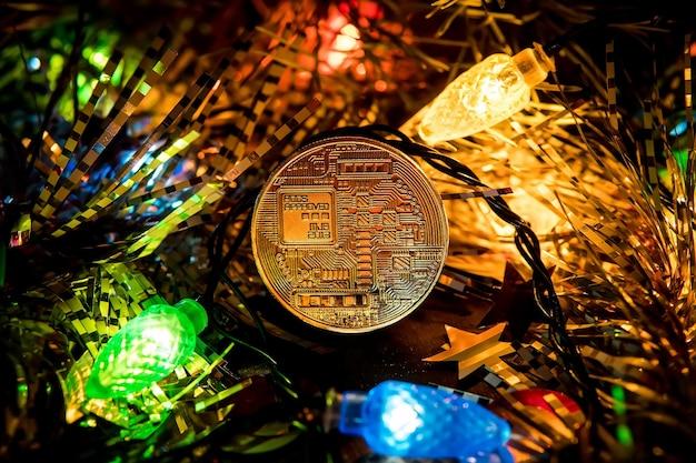 Decoración de oro bitcoin en el árbol de navidad. bitcoin oro navidad. moneda de oro de bitcoin en las ramas de abeto. un regalo por la capacidad de año nuevo.