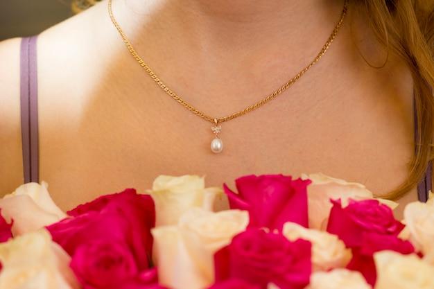 Decoración de oro y perlas.