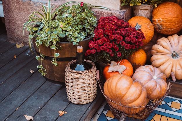 Decoración de otoño con calabazas y flores en una calle