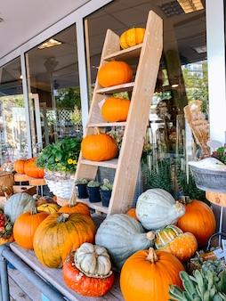 Decoración de otoño para halloween del día de acción de gracias con calabazas naranjas y flores