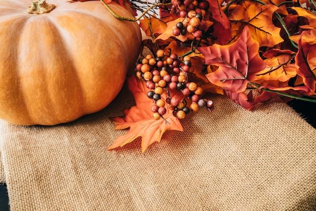 Decoración de otoño con hojas y calabaza
