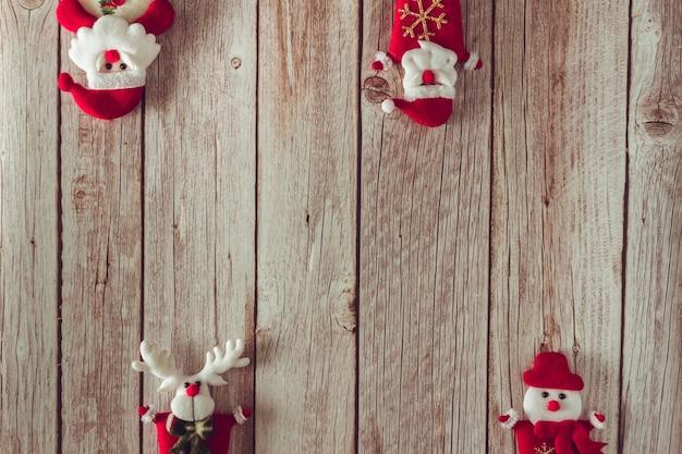 Decoración de papá noel, renos y muñeco de nieve en madera. copie el espacio. enfoque selectivo.