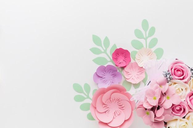 Decoración de papel floral de espacio de copia