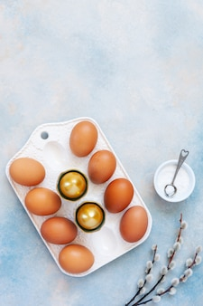 Decoración de pascua de huevos de pascua y gatito.