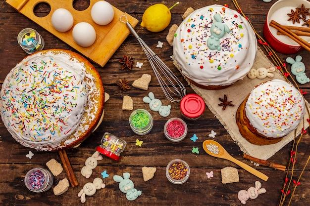 Decoración de pastel de pascua. azúcar glas, cobertura, granos comestibles