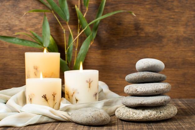 Decoración con piedras de spa y velas encendidas.