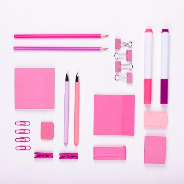 Decoración plana de artículos de color rosa