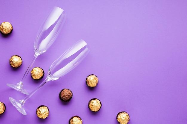 Decoración plana con bolas de chocolate y vasos.