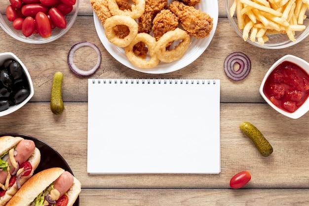 Decoración plana con comida y cuaderno