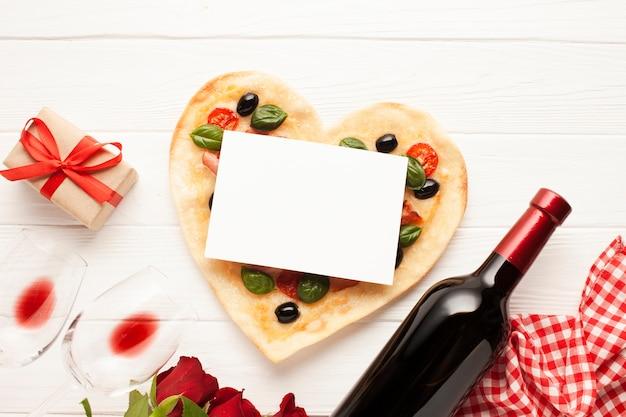 Decoración plana con pizza y tarjeta.