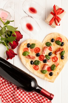 Decoración plana con pizza y vino.