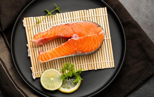 Decoración plana con rodaja de pescado y lima